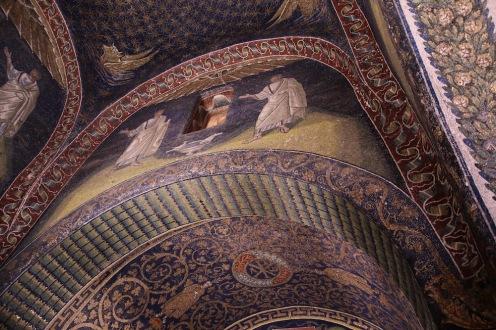 Мозайките на стените на централната кула в мавзолея на Гала Плачидия изобразяват по двама апостоли, които гледат към небето.