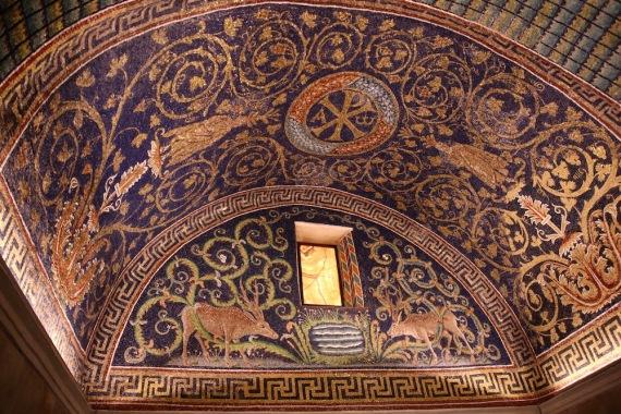 Люнет с елени и растителни мотиви в античен стил.