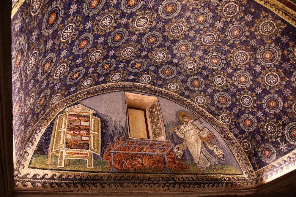 Св. Лаврентий с отворена книга и златен кръст в мавзолея на Гала Плачидия.