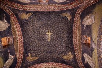 Една от най-красивите мозайки в мавзолея на Гала Плачидия е на нощното небе, в чийто център има златен кръст (символ на Христовото Възкресение), около който в концентрични кръгове се въртят 570 златни звезди.