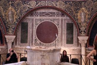 """Названието """"Баптистерий на Неон"""" получава в чест на равенския епископ Неон, който го украсява с мозайки през втората половина на V век."""