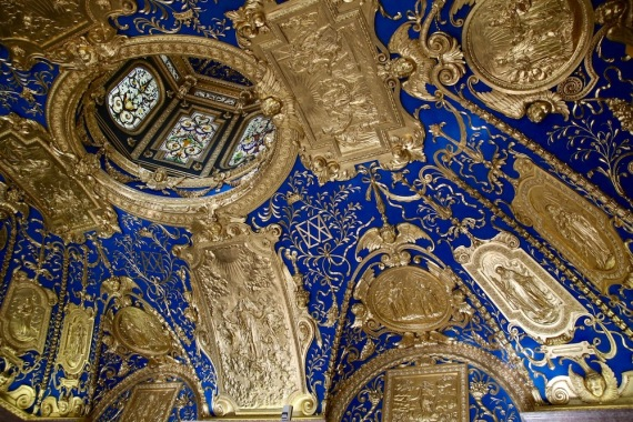 Богатият параклис, осветен през 1607 г., е личното място за поклонение на херцог Максимилиан I и съпругата му.