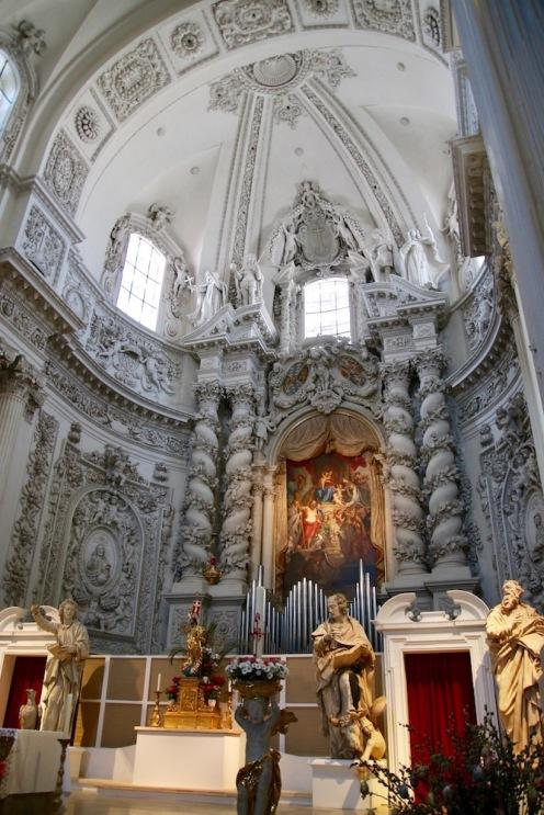 Бароковия интериор на Театинската църква Св. Кайетан в Мюнхен.