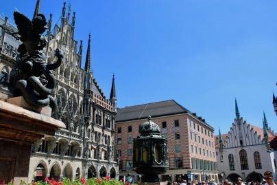 Мариенплац е централният площад на Мюнхен, намиращ се в центъра на пешеходната зона.