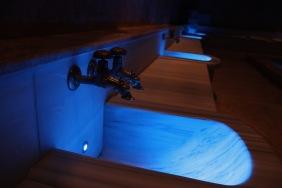 Чешмите в музея осветени в синьо.