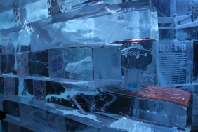 Всичко е от лед.