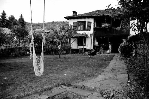 В двора на една от къщите