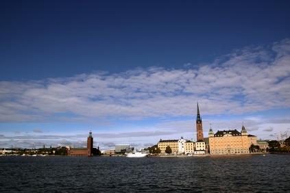 Червената сграда в ляво е кметството на Стокхолм.