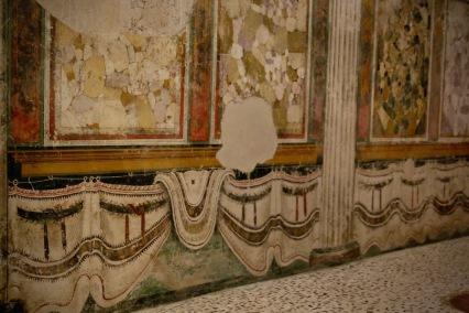 Декорацията в най-запазената камара на Републиканския храм.