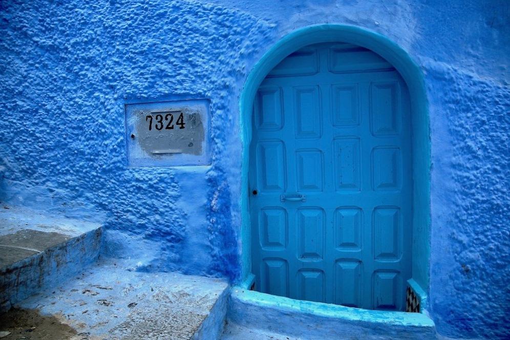 Вратата по стълбите в дясно.