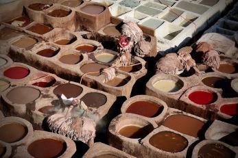 Работници в най-старата фабрика за щавене на кожа във Фес.