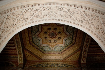 Издълбана мазилка на свода и ръчно изрисуван дървен таван.