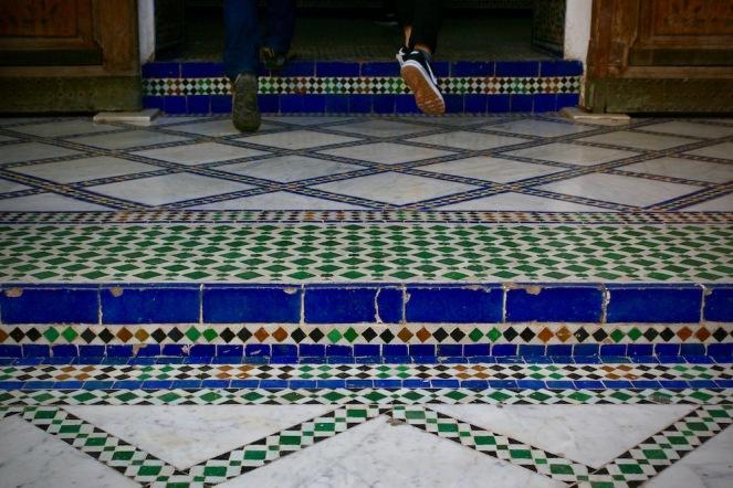 Туристи по красивата мозайка в двореца Бахия.