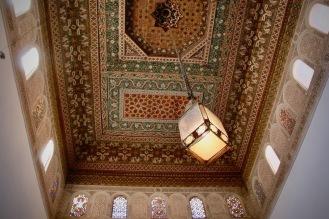Декорацията на тавана в елегантен, марокански стил.