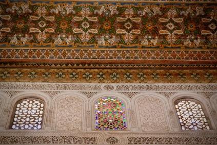 Издълбана мазилка, витражи и ръчно рисуван таван.