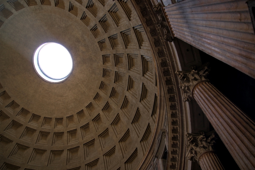 Характерният купол е единственият пункт с диаметър 9 м., от който влиза светлина.