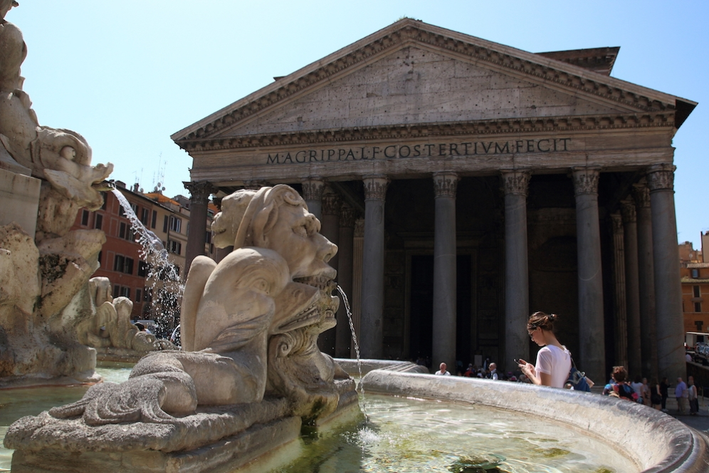 Фонтана пред Пантеона.