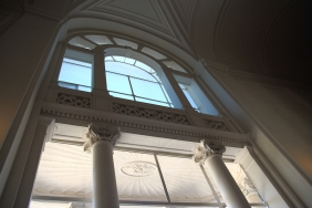 На главното стълбище в двореца Куиринале.