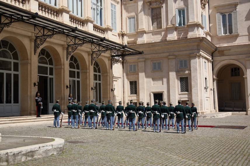 Двора за почести в двореца Куиринале.