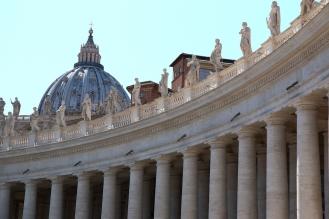 Колонадата на Бернини и куполът на базиликата Свети Петър.