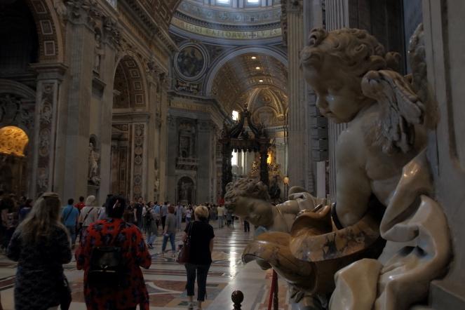Базиликата Свети Петър отвътре.