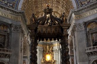 Балдахинът - дело на Бернини.