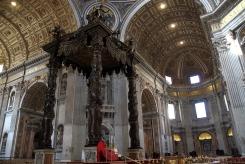 Балдахинът на Бернини в базиликата Свети Петър.