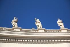 Статуите над колонадата на площад Свети Петър.