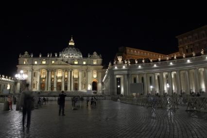 Базиликата и площад Свети Петър през ноща.