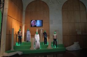 Изложбата подчертава уникалния дизайн на FENDI, създаден специално за много емблематични, всепризнати филми.