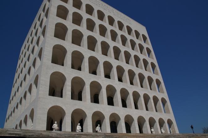 Дворецът на италианската цивилизация, известен като квадратния Колизей.