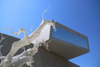 Сградата на MAXXI е архитектурно произведение, проектирано от Zaha Hadid с иновативни и ефектни форми.