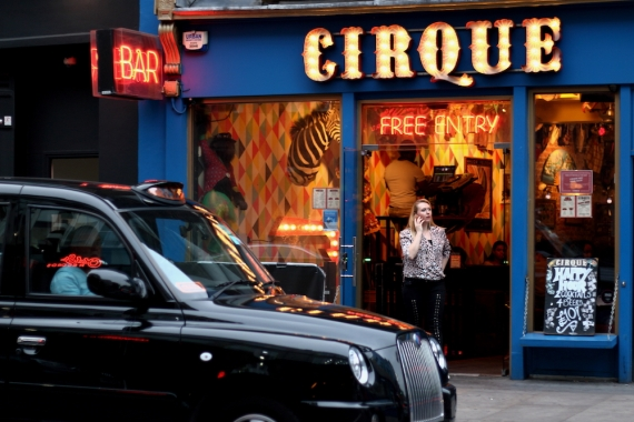 Атмосферата пред бар CIRQUE.