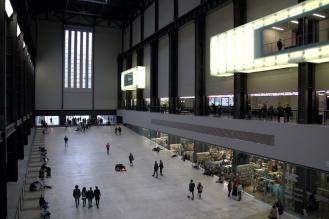 Tурбинната зала в TATE Modern впечатлява със своите внушителни размери и семпла архитектура.