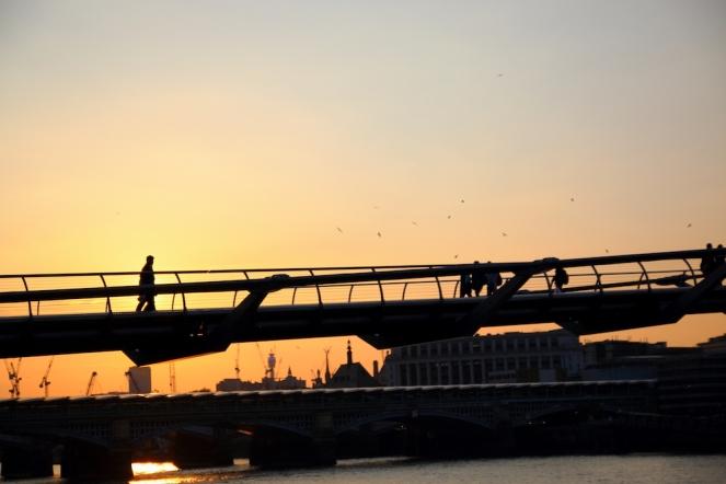Залезът и моста Millennium.