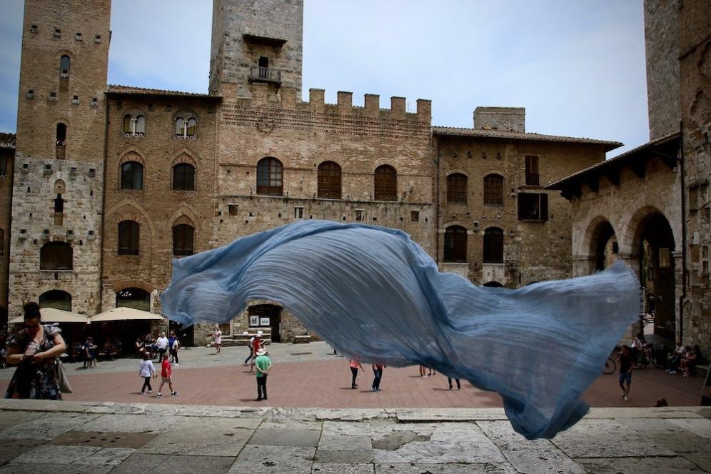 """Пиаца дел Дуомо и арт инсталацията """"Попътен вятър""""."""