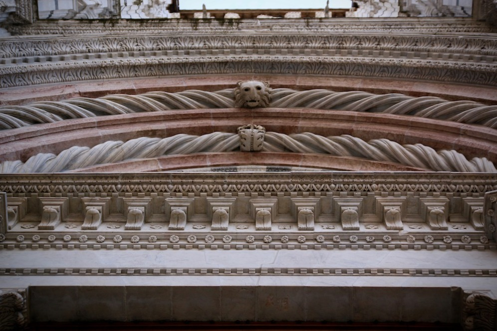 Над портата на Баптистерий.