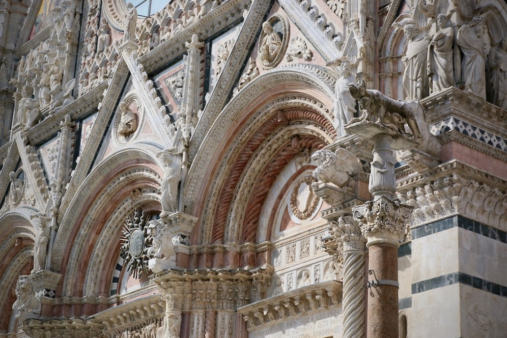 Фасадата на катедралата на Сиена.