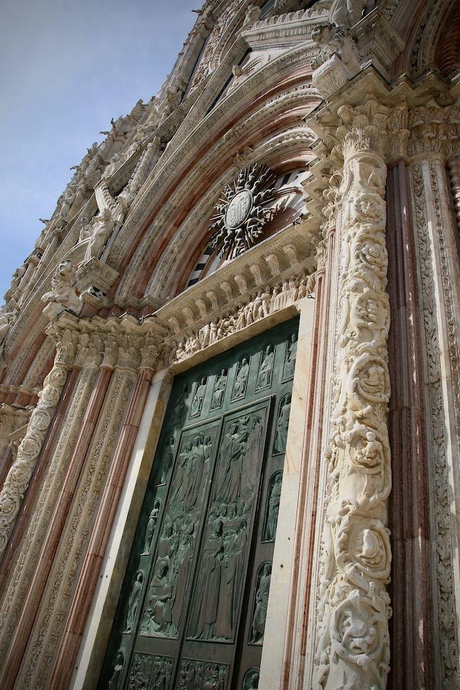 Една от портите на катедралата на Сиена.