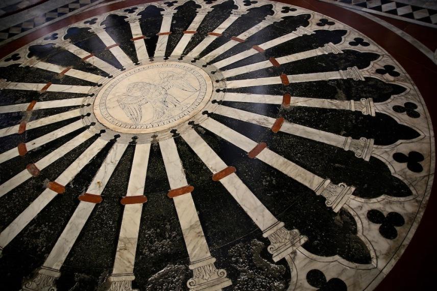 Детайл от мозайката на пода в катедралата.