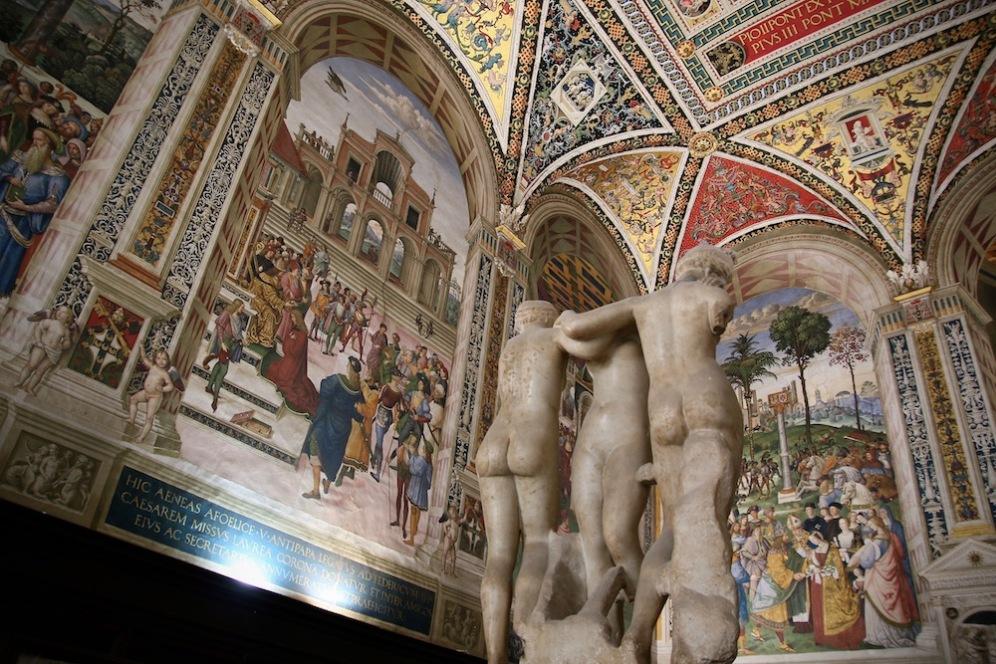 Трите грации в библиотека Пиколомини.