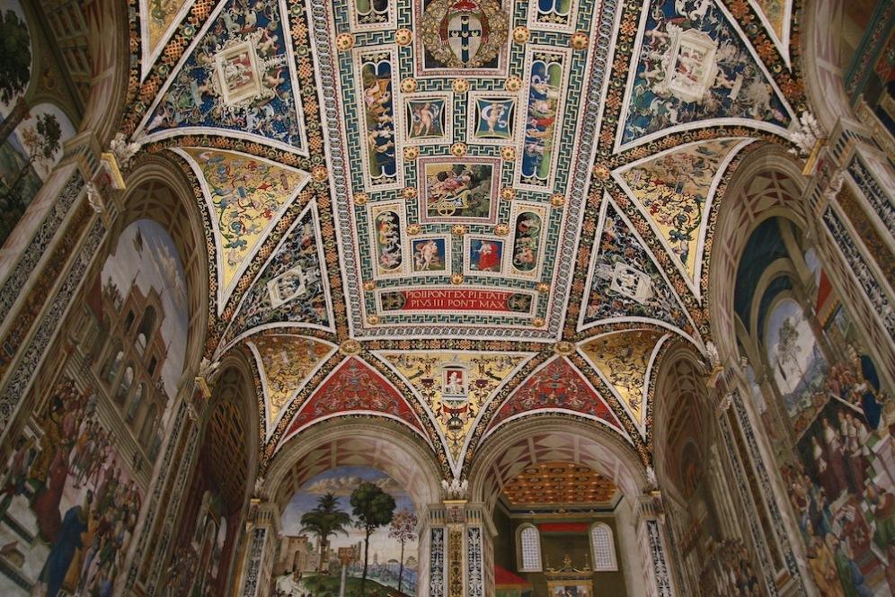 Защеметяващите стенописи в библиотека Пиколомини.