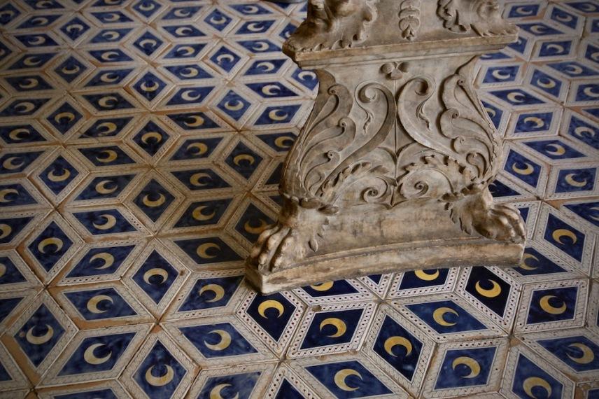Подът в библиотека Пиколомини.