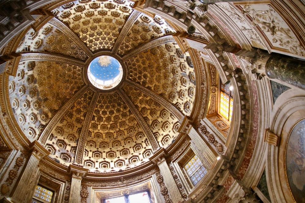 Позлатеният купол на катедралата.