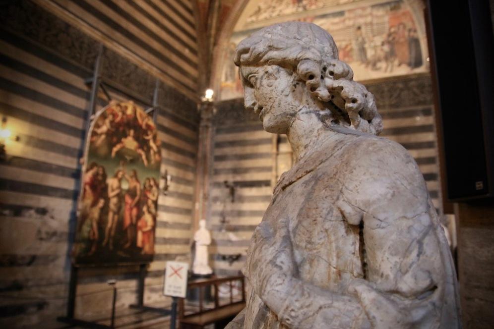 Статуя в Баптистерий.