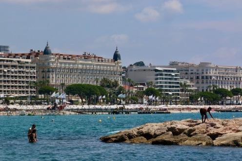 На плажа с изглед към хотел Intercontinental Carlton.