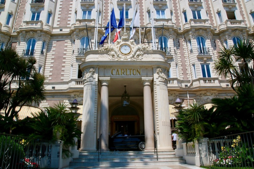 Главния вход на хотел Intercontinental Carlton.