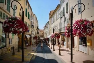 По тесните улички в стария град.