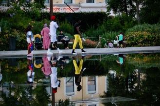Цветните хора на разходка в парка.