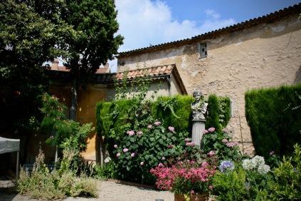 В градината на музея на историята и изкуството в Прованс.
